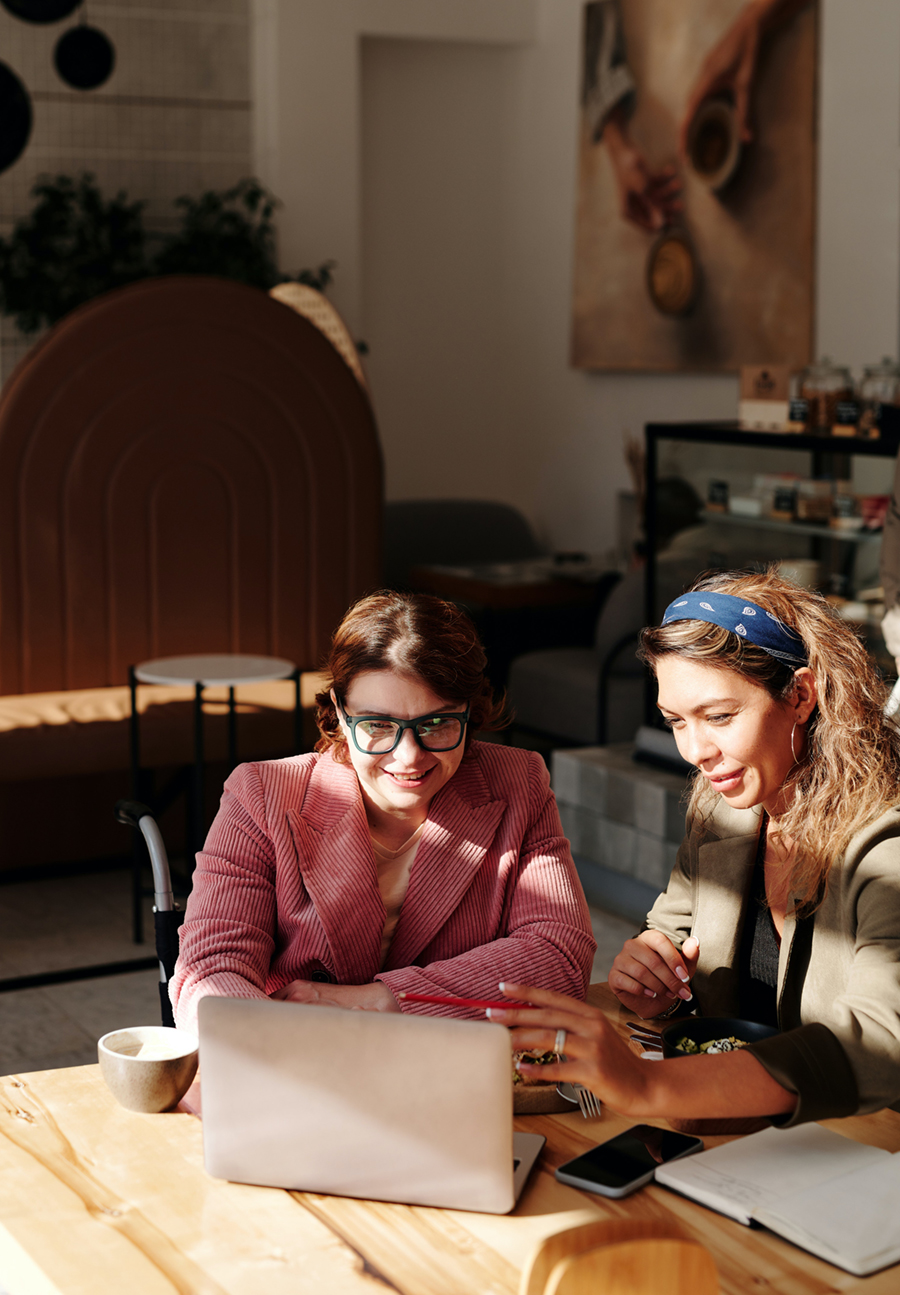 Women-meshing-over-meeting-at-coffee-house