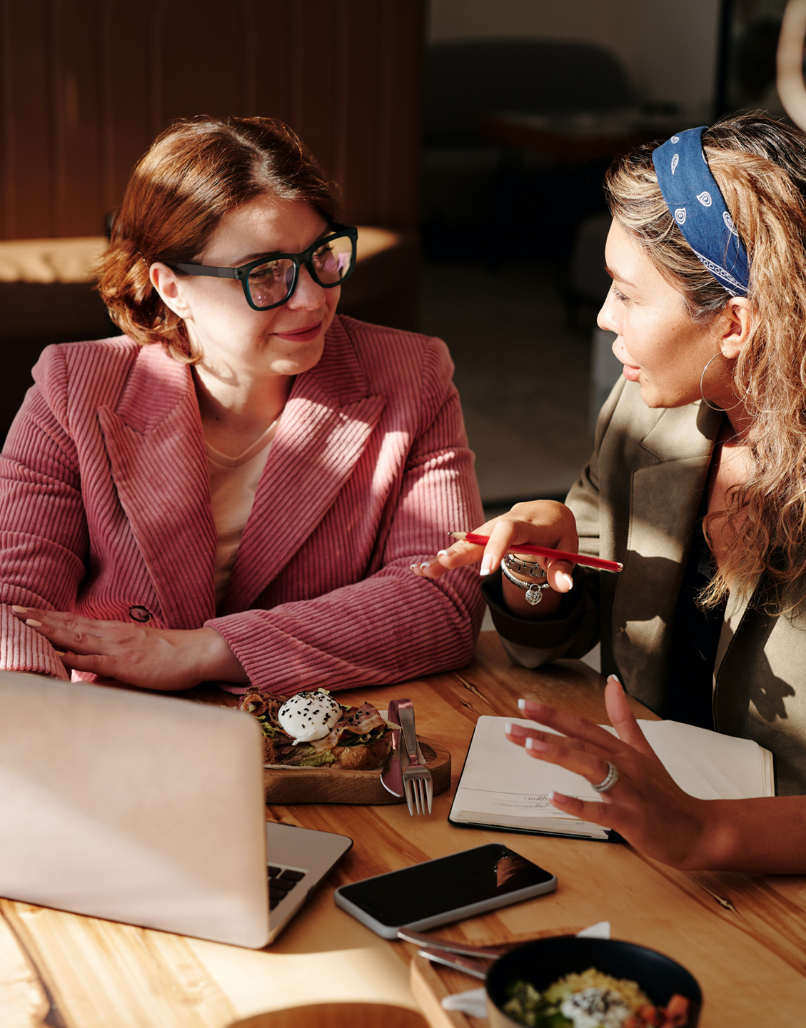 Women-collaborating-about-brand-and-target-audience